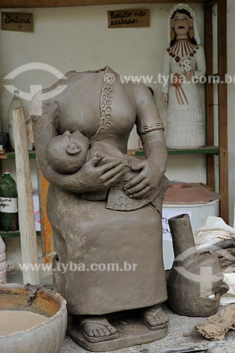 Assunto: Escultura em cerâmica de figura feminina segurando uma criança - Obra da artesã Maurina dos Santos / Local: Distrito Santana do Araçuaí - Ponto dos Volantes - Minas Gerais (MG) - Brasil / Data: 11/2011