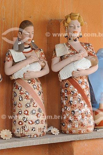 Assunto: Esculturas em cerâmica de figura feminina segurando uma criança - Obra da artesã Isabel Mendes da Cunha / Local: Distrito Santana do Araçuaí - Ponto dos Volantes - Minas Gerais (MG) - Brasil / Data: 11/2011