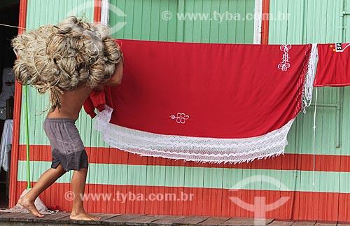 Assunto: Homem transportando Juta / Local: Manacapuru - Amazonas (AM) - Brasil / Data: 01/2012