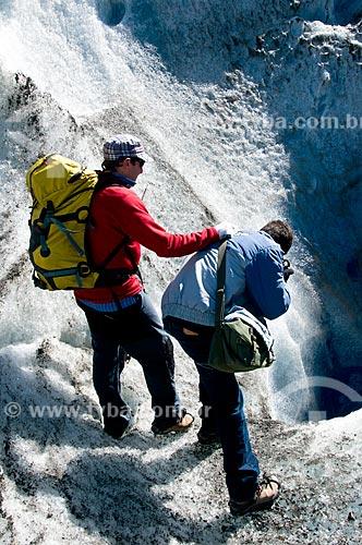 Assunto: Montanhistas fotografando fenda do Glaciar Viedma / Local: El Chalten - Província de Santa Cruz - Argentina - América do Sul / Data: 02/2010