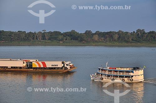 Assunto: Barco e balsa transportando caminhões no Rio Madeira / Local: Distrito de São Carlos do Jamari - Porto Velho - Rondônia (RO) - Brasil / Data: 10/2010