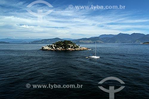 Assunto: Saveiro passando em frente a uma ilha / Local: Distrito Ilha Grande - Angra dos Reis - Rio de Janeiro (RJ) - Brasil / Data: 01/2012