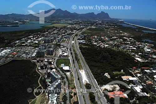 Assunto: Vista da Avenida das Américas com Lagoa de Jacarepágua e Pedra da Gávea ao fundo / Local: Barra da Tijuca - Rio de Janeiro (RJ) - Brasil / Data: 01/2012