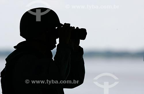 Assunto: Militar da Marinha utilizando binóculo em operação militar na fronteira do Brasil, Peru e Colômbia / Local: Tabatinga - Amazonas (AM) - Brasil / Data: 08/2011