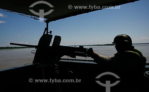 Assunto: Militar da Marinha segurando metralhadora em operação militar na fronteira do Brasil, Peru e Colômbia / Local: Tabatinga - Amazonas (AM) - Brasil / Data: 08/2011