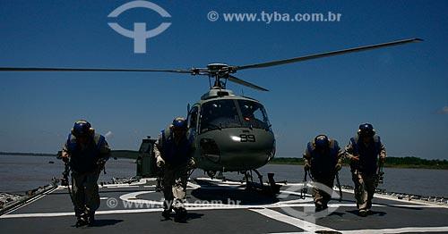 Assunto: Militares da Marinha com helicóptero decolando de um porta-aviões em operação militar na fronteira do Brasil, Peru e Colômbia / Local: Tabatinga - Amazonas (AM) - Brasil / Data: 08/2011