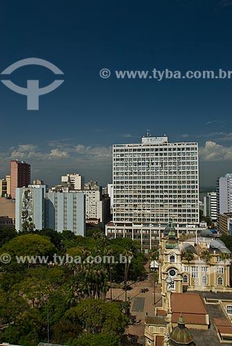 Vista aérea da Praça da Alfândega e do lado direito em primeiro plano Memorial do Rio Grande do Sul - antigo prédio dos Correios e Telegráfos e ao fundo o Museu de Arte do Rio Grande do Sul  - Porto Alegre - Rio Grande do Sul - Brasil