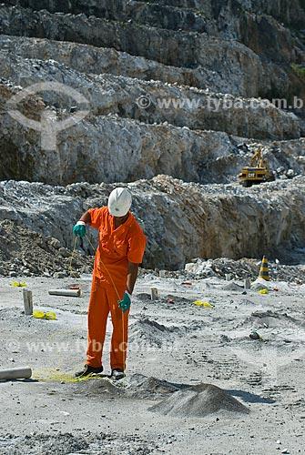 Assunto: Trabalhador colocando explosivo na Mina de Fosfato no Vale da Ribeira / Local: Cajati - São Paulo (SP) - Brasil / Data: 02/2009