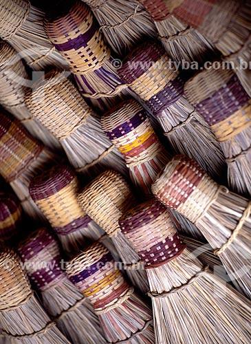 Assunto: Vassouras artesanais no mercado publico  / Local: Cruzeiro do Sul - Acre (AC) - Brasil  / Data: 2004