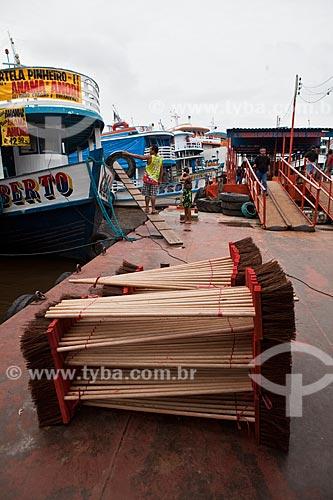 Assunto: Vassouras empilhadas e barcos no Porto de Manaus / Local: Manaus - Amazonas (AM) - Brasil / Data: 10/2011