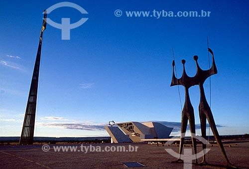 Assunto: Escultura Os Guerreiros (Os Candangos) com Pavilhão Nacional e Panteão da Pátria e da Liberdade Tancredo Neves ao fundo / Local: Brasília - Distrito Federal (DF) - Brasil / Data: 04/2008