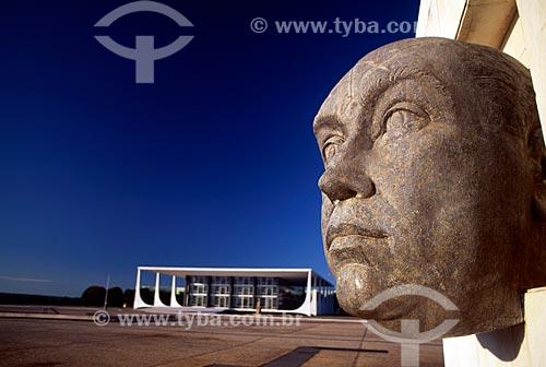 Assunto: Cabeça de JK - escultura em pedra sabão com sede do Supremo Tribunal federal ao fundo / Local: Brasília - Distrito Federal (DF) - Brasil / Data: 04/2008