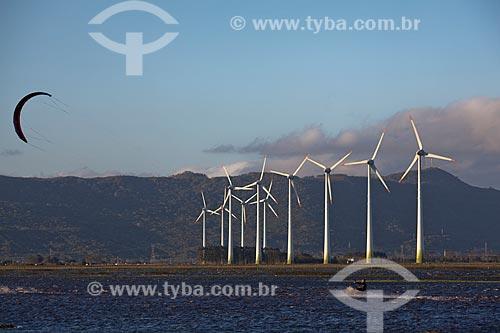 Assunto: Kitesurf na Lagoa dos Barros, em Osório, com geradores de energia eólica do Parque Eólico de Osório ao fundo / Local: Osório - Rio Grande do Sul (RS) - Brasil  / Data: 09/2011