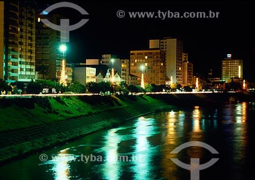 Assunto: Vista noturna margem do Rio Itajaí-Açú no centro de Blumenau / Local: Blumenau - Santa Catarina (SC) - Brasil / Data: 12/1989