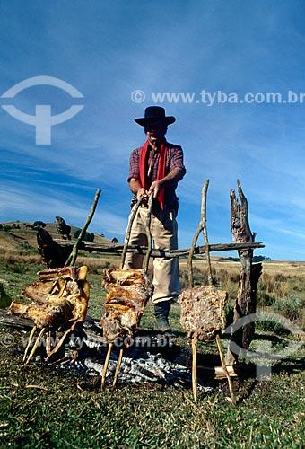 Assunto: Homem fazendo churrasco de vala / Local: Rio Grande do Sul (RS) - Brasil / Data: 11/2008