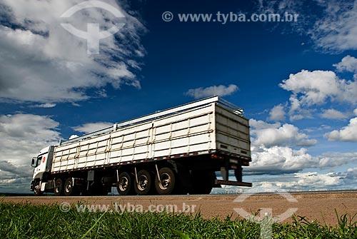Assunto: Caminhão graneleiro transportando soja -Trecho da Rodovia BR-163 / Local: Rondonópolis - Mato Grosso (MT) - Brasil / Data: 2010