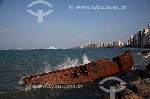 Assunto: Parte de navio encalhado na orla de Fortaleza / Local: Fortaleza - Ceará (CE) - Brasil / Data: 11/2011