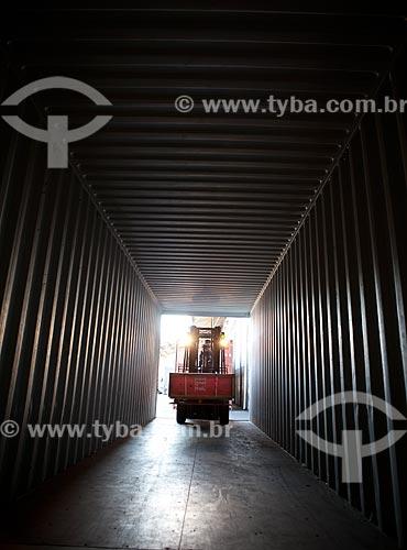 Assunto: Trabalhador operando uma empilhadeira no Terminal do Santo Cristo - Zona Portuária do Rio de Janeiro  / Local: Rio de Janeiro (RJ) - Brasil / Data: 01/2012