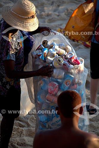 Assunto: Pessoa recolhendo lata de alumínio na Praia do Arpoador / Local: Ipanema - Rio de Janeiro (RJ) - Brasil / Data: 12/2011