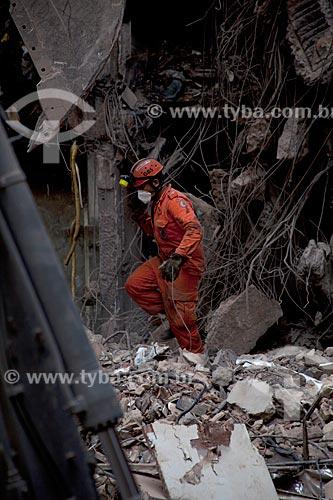 Assunto: Bombeiros trabalhando nos escombros dos edifícios que desmoronaram na Rua 13 de Maio / Local: Centro - Rio de Janeiro (RJ) - Brasil / Data: 01/2012