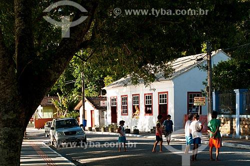 Assunto: Crianças na rua com Casarão Cultural de Sambaqui (Antigo posto da alfândega inaugurado em 1854) ao fundo / Local: Distrito de Santo Antonio de Lisboa - Florianópolis - Santa Catarina (SC) - Brasil / Data: 03/2012