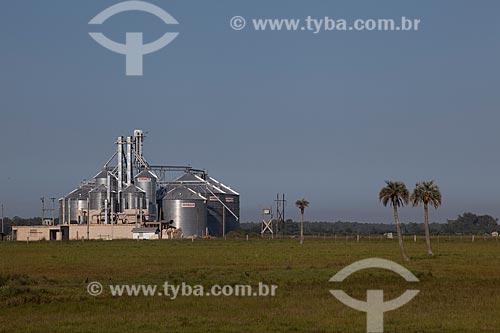 Assunto: Silos de grãos da Horbach às margens da Rodovia RS-101 / Local: Palmares do Sul - Rio Grande do Sul (RS) - Brasil / Data: 02/2012