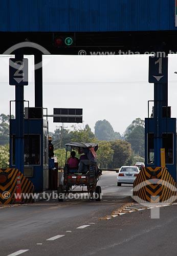 Assunto: Carroça em pedágio da Rodovia BR-116 na altura do KM 303 / Local: Rio Grande do Sul (RS) - Brasil / Data: 02/2012