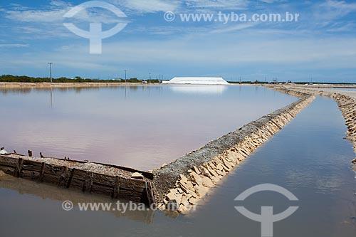 Assunto: Salina Morro Branco - Tanque de cristalização da água do mar com montanha de cristal de sal ao fundo  / Local: Mossoró - Rio Grande do Norte (RN) - Brasil / Data: 03/2012