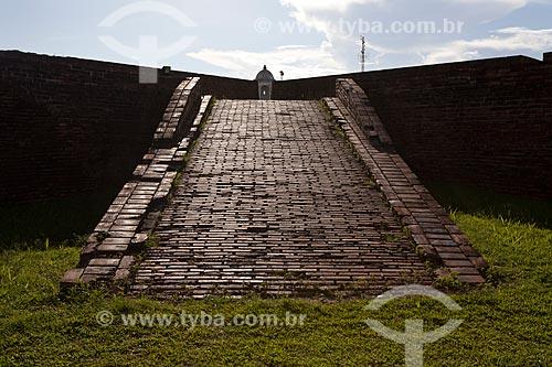 Assunto: Rampa da Fortaleza de São José de Macapá (1782) - Ao fundo, um torre de observaçãoData: 04 / Local: Macapá - Amapá (AP) - Brasil / Data: 04/2012