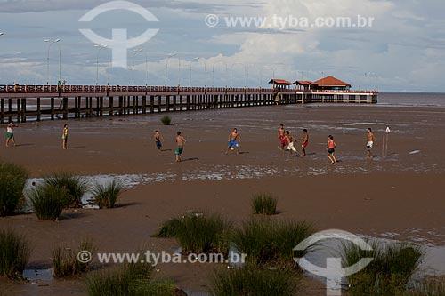 Assunto: Jogo de futebol (futelama) na vazante do Rio Amazonas com Trapiche Eliezer Levy ao fundo / Local: Macapá - Amapá (AP) - Brasil / Data: 04/2012