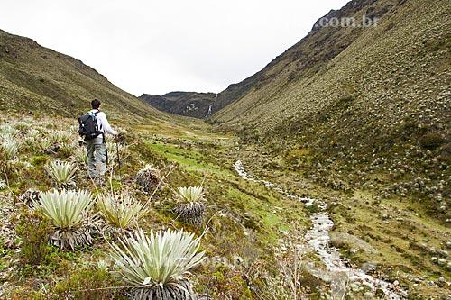 Montanhista admirando paisagem típica dos páramos no Parque Nacional Sierra de la Culata