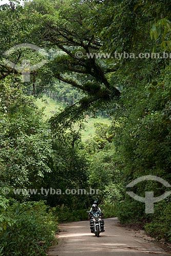 Assunto: Motociclista passando em trecho da Rodovia SP-165 dentro do Parque Estadual Turístico do Alto Ribeira / Local: Iporanga - São Paulo (SP) - Brasil / Data: 02/2102