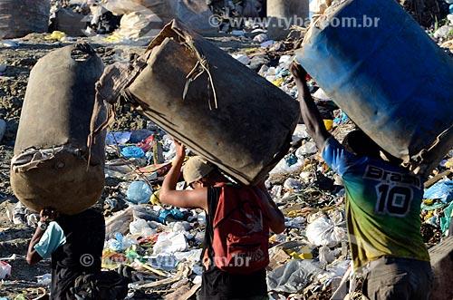 Assunto: Trabalhadores carregando cestas de plástico para coleta de lixo no Aterro Sanitário de Jardim Gramacho / Local: Duque de Caxias - Rio de Janeiro (RJ) - Brasil / Data: 04/2011