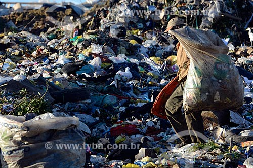 Assunto: Trabalhador coletando lixo no Aterro Sanitário de Jardim Gramacho / Local: Duque de Caxias - Rio de Janeiro (RJ) - Brasil / Data: 04/2011