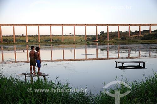 Assunto: Ponte da ferrovia de Carajás no bairro de Piquiá de Baixo - Dois meninos observando a ponte / Local: Açailândia - Maranhão (MA) - Brasil / Data: 05/2012