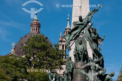 Assunto: Monumento Júlio de Castilhos com cúpula da Catedral Metropolitana de Porto Alegre ao fundo - Praça da Matriz / Local: Porto Alegre - Rio Grande do Sul (RS) - Brasil / Data: 05/2012