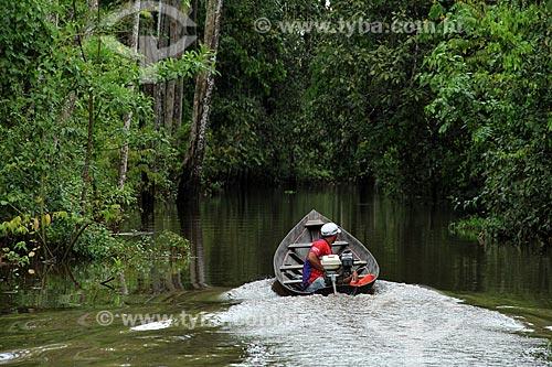 Assunto: Barco em igarapé no Rio Amazonas na época de cheia / Local: Parintins - Amazonas (AM) - Brasil / Data: 06/2012