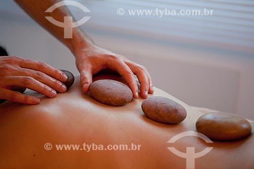 Assunto: Massagem com pedras quentes / Local: Rio de Janeiro  -  Rio de Janeiro (RJ) - Brasil / Data: 05/2012