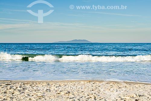 Assunto: Praia de Caravelas com Ilha do Arvoredo  ao fundo / Local: Governador Celso Ramos - Santa Catarina (SC) - Brasil / Data: 07/2012