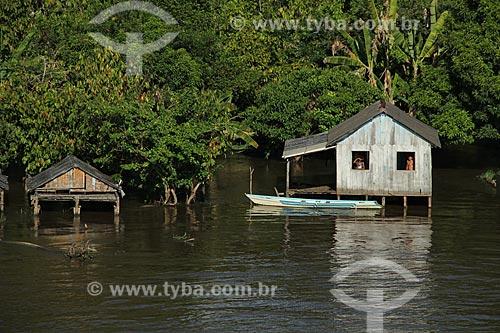 Assunto: Casa no Rio Amazonas na época da cheia entre as cidades de Parintins e Itacoatiara / Local: Parintins - Amazonas (AM) - Brasil / Data: 07/2012