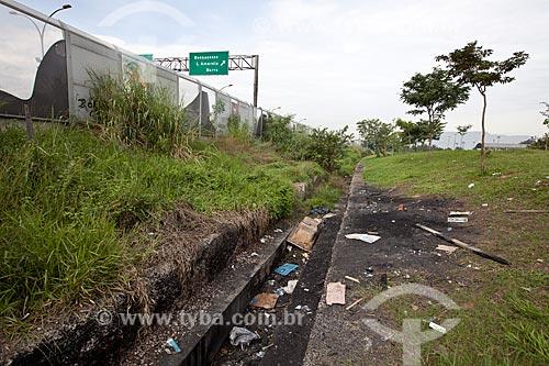 Assunto: Lixo as margens da Linha Vermelha próximo ao Complexo da Maré / Local: Rio de Janeiro (RJ) - Brasil / Data: 06/2012