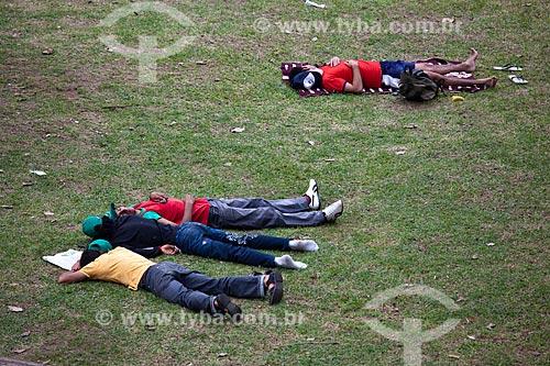 Assunto: Jovens do Movimento Sem Terra descansam durante a Rio+20 na Praça Luis de Camões / Local: Glória - Rio de Janeiro (RJ) - Brasil / Data: 06/2012