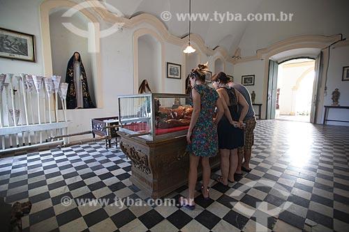 Turistas visitando a Estátua do Cristo Morto, esculpida por Francisco das Chagas - apelidado
