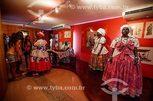 Assunto: Turistas visitando a exposição no Memorial das Baianas - Manequins com roupas típicas de Baianas / Local: Salvador - Bahia (BA) - Brasil / Data: 07/2012