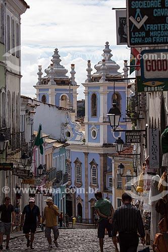 Casarios históricos do Pelourinho com Igreja de Nossa Senhora do Rosário dos Pretos (séc. XVIII) ao fundo - também conhecida como Igreja do Rosário da Baixa dos Sapateiros ou Igreja de Nossa Senhora do Rosário das Portas do Carmo  - Salvador - Bahia - Brasil