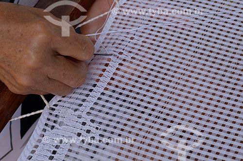 Assunto: Artesã tecendo em renda labirinto / Local: São Miguel do Gostoso - Rio Grande do Norte (RN) - Brasil / Data: 04/2012