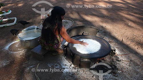 Assunto: Mulher indígena preparando o beiju - também conhecido como tapioca / Local: Xingu - Mato Grosso (MT) - Brasil / Data: 08/2012