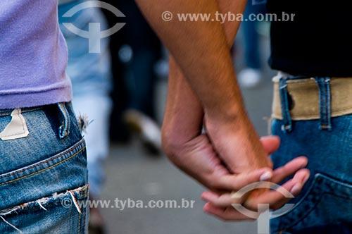 Assunto: Casal de mãos dadas na Parada do Orgulho LGBT / Local: São Paulo (SP) - Brasil / Data: 06/2009
