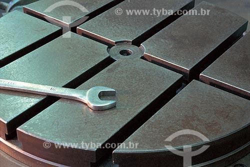 Assunto: Chave de Boca sobre superfície de metal no Centro de Formação Profissional de Metal-Mecânica - SENAI / Local: Paciência - Rio de Janeiro (RJ) - Brasil / Data: 2001