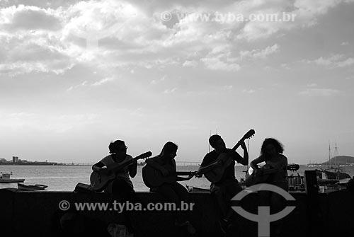 Assunto: Pessoas tocando violão no muro em frente ao Bar Urca / Local: Urca - Rio de Janeiro (RJ) - Brasil / Data: 05/2010